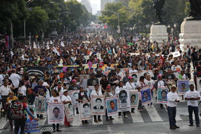 Manifestation d'étudiants et des proches des 43 disparus d'Ayotzinapa, à Mexico, le 25 septembre.