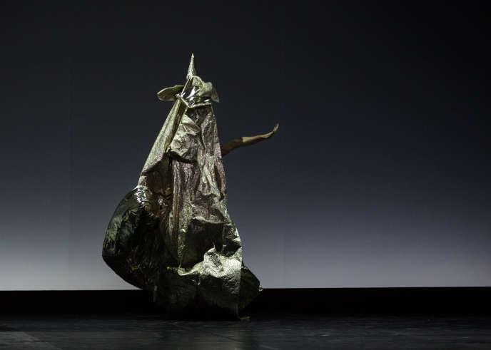 Les danseurs se cachent derrière d'immenses manteaux rutilants dans «At The Hawk's Well» mis en scène par Hiroshi Sugimoto.