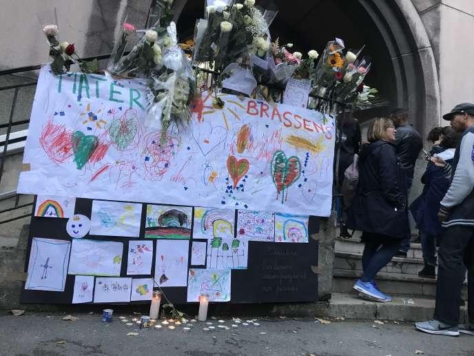 Dessins, bougies et fleursdéposés en hommage àla directrice de l'école Méhul, à Pantin(Seine-Saint-Denis), qui s'est suicidé dans l'enceinte de son établissement le 21 septembre.