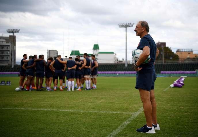 Rugby Jacques Brunel et le XV de France sous la menace du ciel, à Kumamoto.