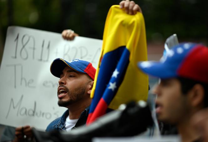 Des partisans de l'opposition vénézuélienne manifestent devant l'ONU, à New York, le 26 septembre.