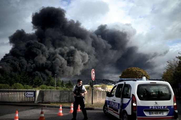 De la fumée noire s'échappe de l'usine Lubrizol, classée Seveso, près de Rouen, le 26septembre.