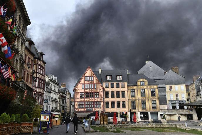 Une fumée noire et épaisse assombrit le centre historique de Rouen, après l'incendie qui s'est déclaré dans une usine chimique, le 26 septembre.