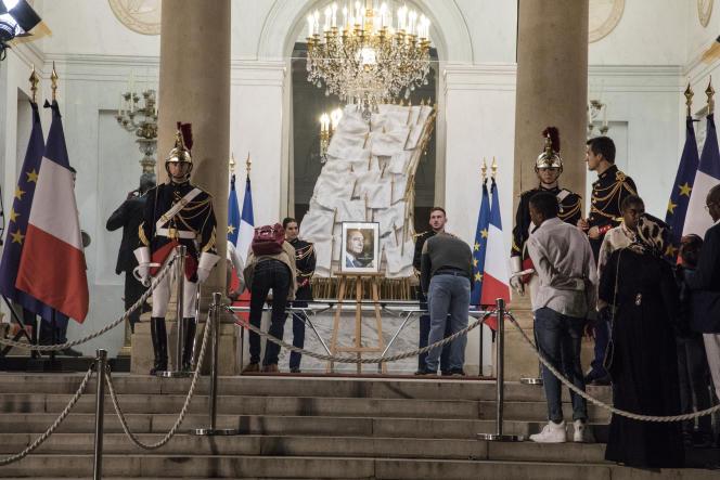 Des livres d'or ont été installés à l'Elysée pour rendre hommage à Jacques Chirac, le soir du 26 septembre.