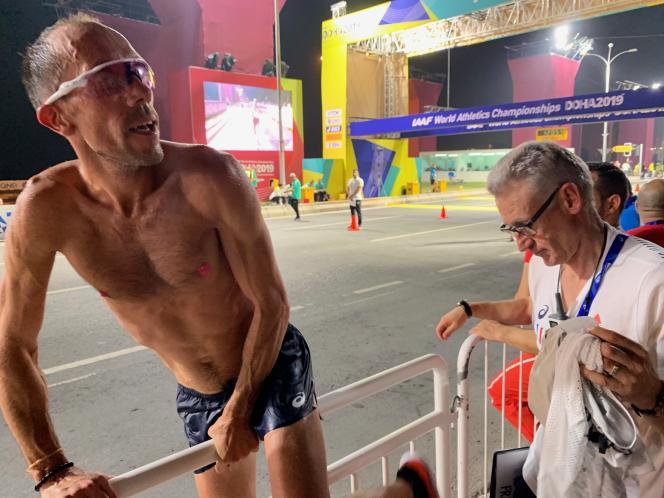 Torse nu et dépité, Yohann Diniz abandonne le 50 km marche des Mondiaux au bout de 16 km.