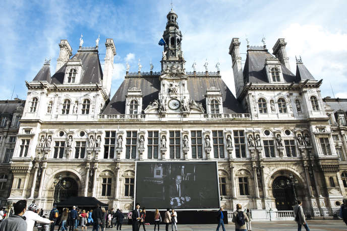 Une photo de Jacques Chirac est projetée sur un écran géant, sur le parvis de l'Hôtel de ville, à Paris, le 27 septembre.