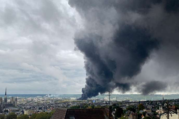Une fumée noire s'échappe de l'usine de Lubrizol en feu, à Rouen, le 26 septembre. Les habitants des alentours ont été invités à rester chez eux.