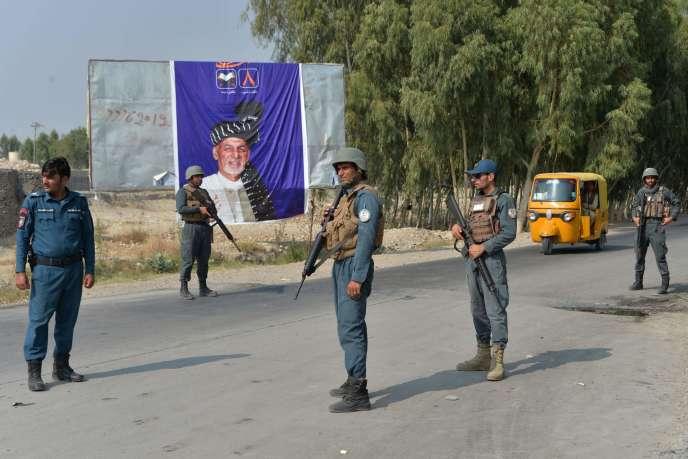 Des membres des forces de sécurité afghanes montent la garde le long d'une route, à un point de contrôle à Jalalabad, le 27 septembre.