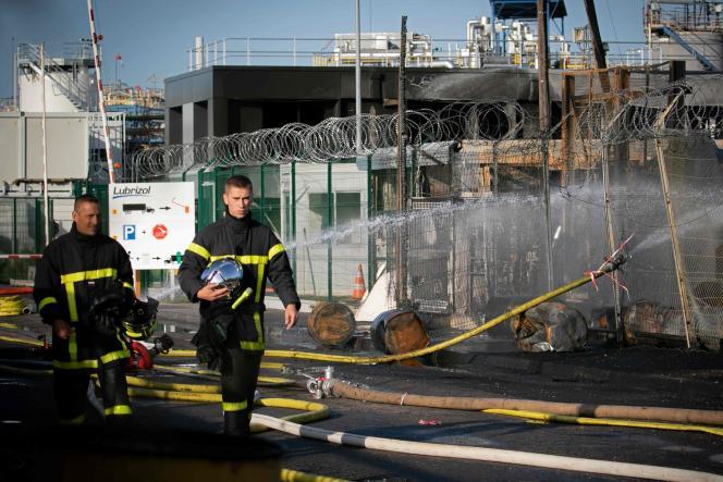 Des pompiers sur les lieux de l'usine Lubrizol, ravagée par un incendie, à Rouen, le 27 septembre.