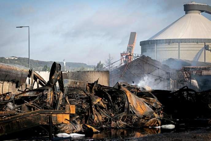 L'usine de Lubrizol réduite en cendres, à Rouen, le 27 septembre.
