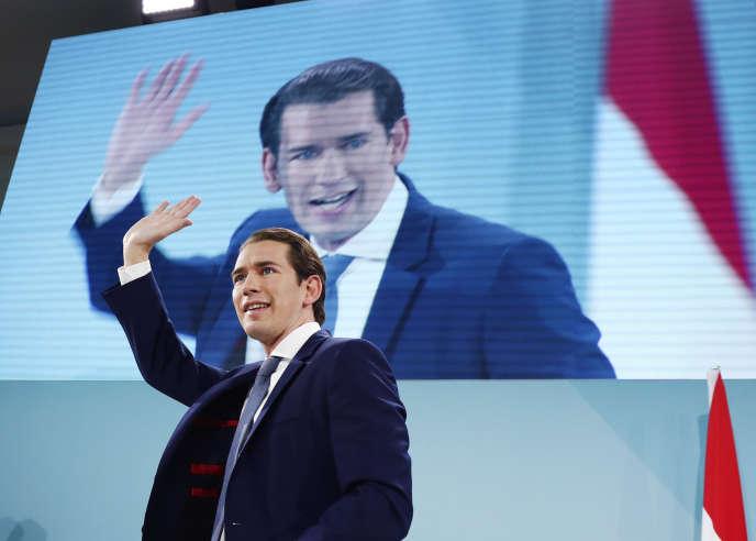 L'ancien chancelier autrichien et leader du Parti populaire ÖVP, Sebastian Kurz, salue ses partisans à Vienne, le 29 septembre.