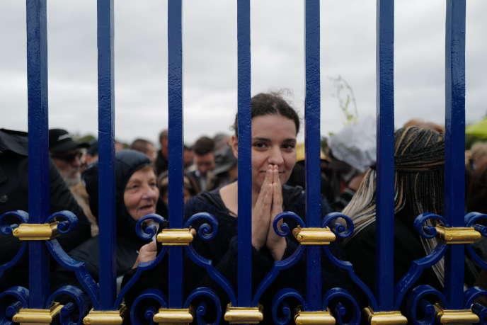 Des centaines de personnes attendaient devant la grille de l'hôtel des Invalides, avant le début de la cérémonie officielle, dimanche 29 septembre.