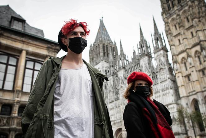 Des gens portent des masques suite à l'incendie de l'usine Lubrizol,survenu le 26 septembre, à Rouen.