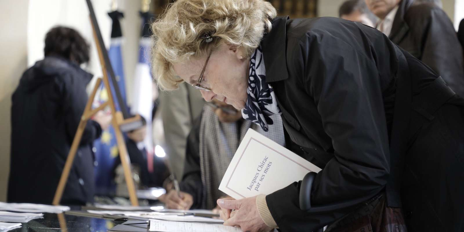 Aux Invalides, des anonymes laissent un mot, une signature, dans les registres de condoléances. 5 000 personnes les avaient déjà signés depuis jeudi à l'Elysée.
