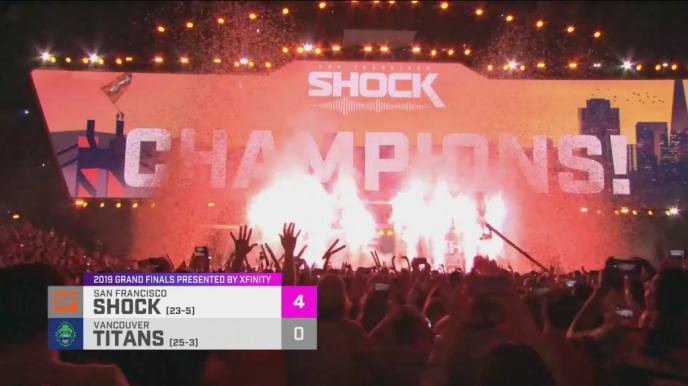 Les San Francisco Shock célèbrent leur victoire 4-0 en finale de l'Overwatch League, un championnat de jeu vidéo annuel.