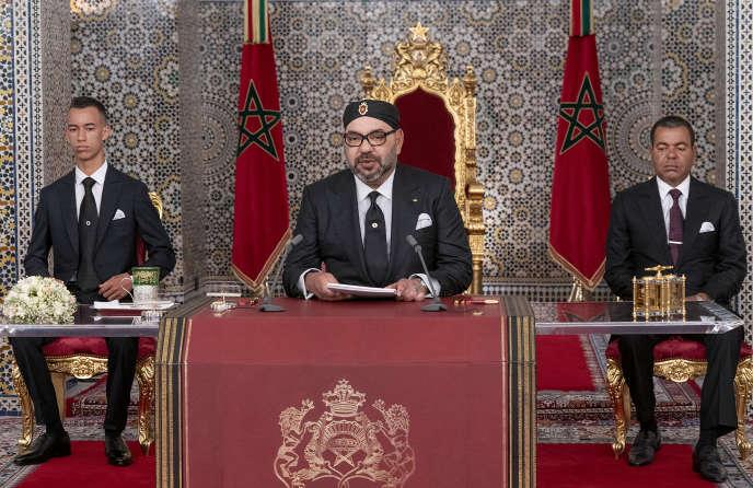 Le roi du Maroc Mohammed VI (au centre), entouré de son frère le prince Moulay Rachid (à droite) et de son fils le prince héritier Moulay El Hassan (à gauche), lors du vingtième anniversaire de son accession au trône, le 29 juillet 2019, à Tétouan, dans le nord du pays.