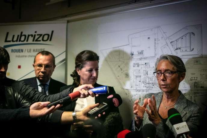 Les ministres Agnès Buzyn et Elisabeth Borne, à l'unité de sécurité de l'usine Lubrizol située au Petit-Quevilly, près de Rouen,le 27 septembre.