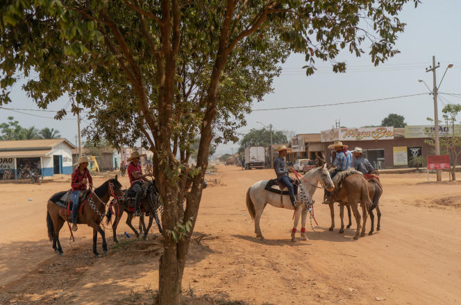 A Rio Pardo, des cow-boys déambulent le long des routes en terre.