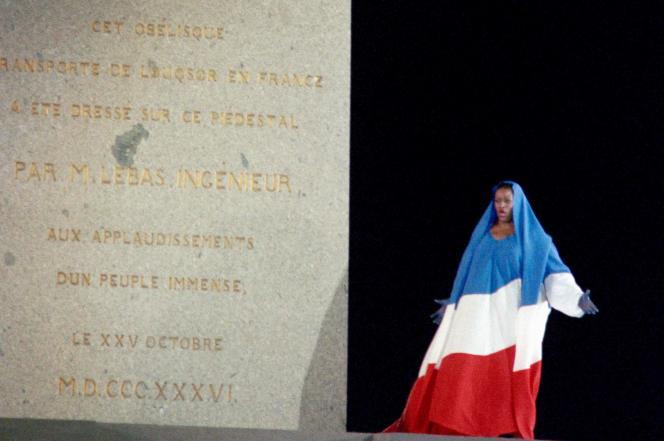 Jessye Norman, drapée en tricolore au pied de l'obélisque de la place de la Concorde, chantant « LaMarseillaise», le 14 juillet 1989, à Paris.