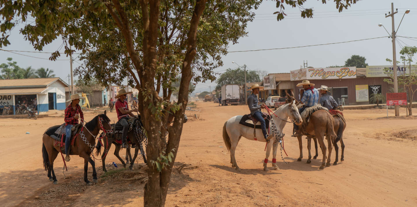 Porto Velho, Rondonia, Brazil, September 21, 2019: Local residents parade their horses through the streets of Rio pardo. Rio Pardo emerged in the late 1990s in the Bom Futuro National Forest area, still as a Rio Pardo project. Its occupation was considered illegal until 2010, when an agreement between the federal government chaired by Lula and the state of Rondônia, caused the National Forest to lose two thirds of its territory, which became Environmental Protection Area (APA) and Rio State Forest. Pardo (FES), of state management. The reclassification of the area paved the way for stabilization of land grabbers and squatters. Rio Pardo has become a district of the city of Porto Velho and can receive public services such as health, education and security. The current economy is based on livestock. Electricity arrived in March 2017. Photo: Avener Prado / Le Monde
