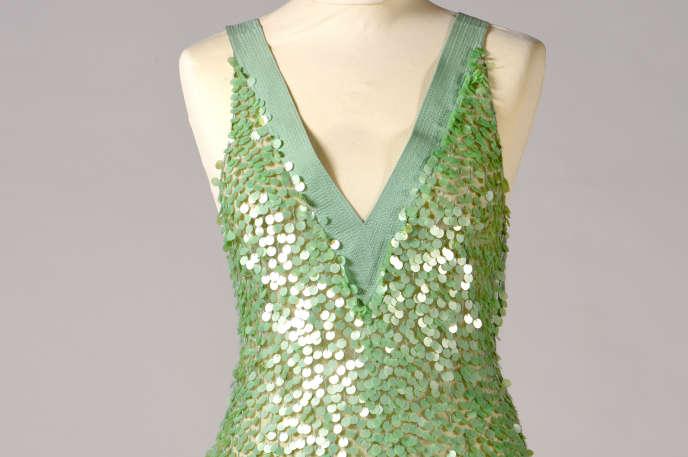Cette robe verte, taille 38, signée Cerruti Arte, est estimée entre 200 euros et 300 euros.