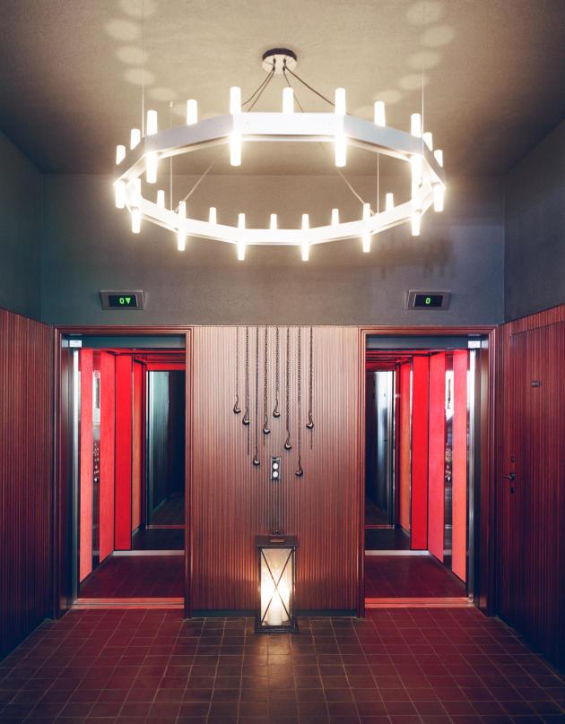 L'accès aux ascenseurs se situant au bout du lobby.
