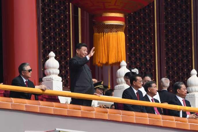 Le président chinoisXi Jinping salue le passage de la parade célébrant les 70 ans du régime, à Pékin, le 1er octobre.