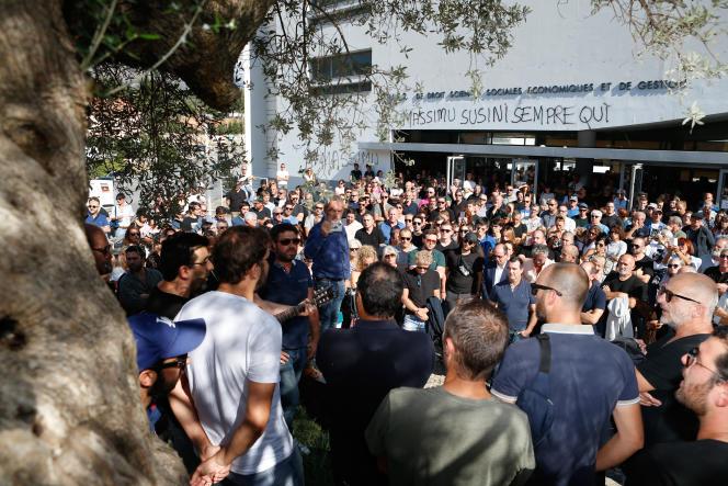 Rassemblement en hommage à Maxime Susini, assassiné deux semaines plus tôt dans sa paillote de Cargèse, ici à Corte (Haute-Corse), le 29 septembre.