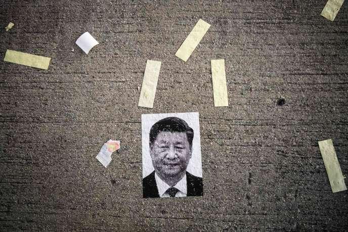 Un poster de Xi Jinping, après une manifesation à Hongkong, le 1er octobre.