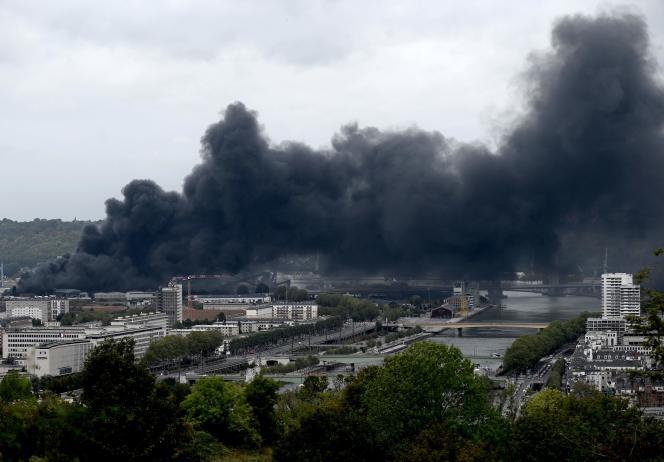 La fumée s'échappe de l'usine Lubrizol, en feu, à Rouen, le 26 septembre.