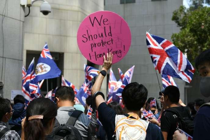 Un groupe de manifestants appelle la Grande-Bretagne à faire pression sur Pékin, à Hongkong, le 1er octobre.