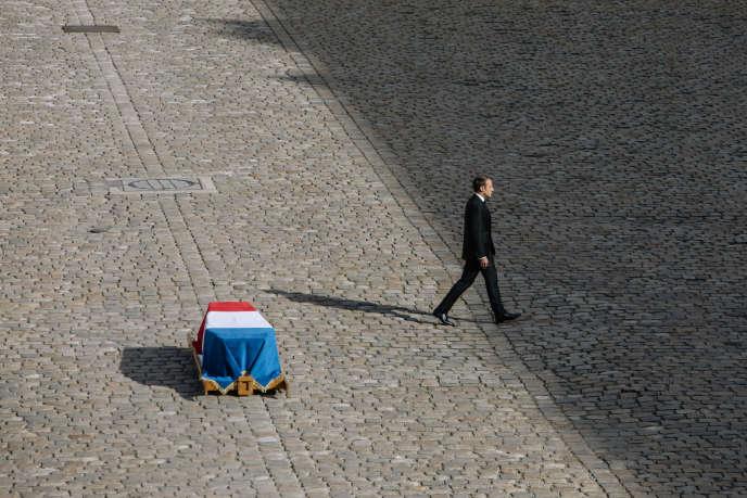 «Depuis plus de cinquante ans, Jacques Chirac a accompagné le destin collectif des Français plutôt qu'il ne l'a guidé (Le 30 septembre, le cercueil de Jacques Chirac. est installée au milieu de la cour des Invalides. Emmanuel Macron s'est recueilli devant pendant quelques minutes).