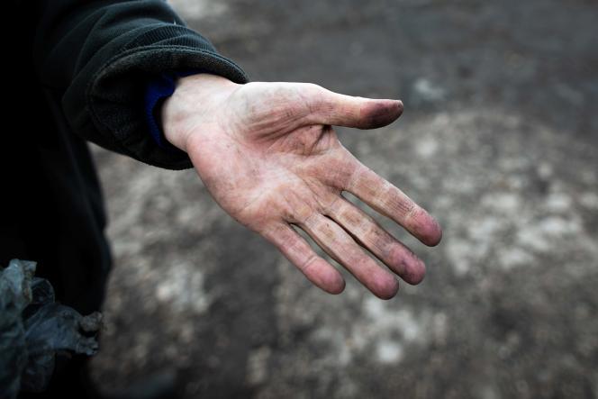 Un agriculteur montre sa main couverte de poussière noire, à Saint Martin-du-Vivier, près de Rouen, le 30 septembre.
