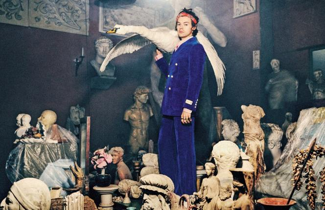 Lacollection Gucci Tailoring Pre-Fall 2019 avec Harry Styles, portantles pièces rococo d'Alessandro Michele.