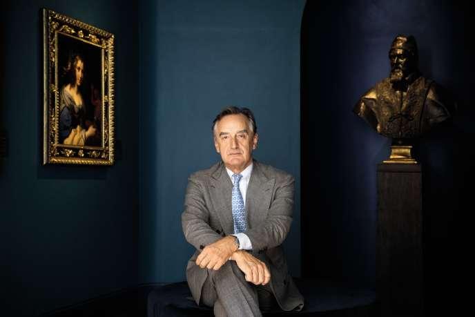 Carlo Orsi, le 28 septembre, à Florence. A droite, un buste du pape Urbain VIII par le Bernin, qu'il espère vendre 10 millions d'euros.