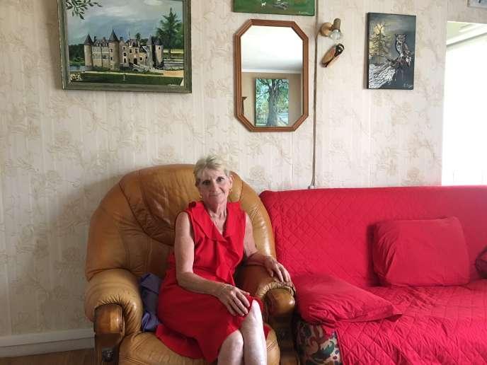 Mauricette Cordelier chez elle, à Bourges. Aux murs : des peintures qu'elle réalise elle-même.