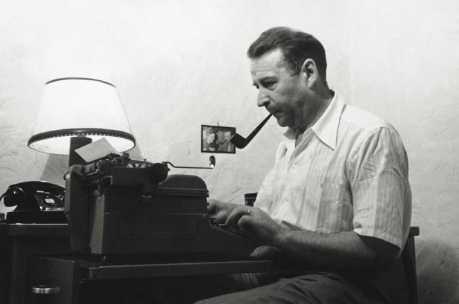 L'ecrivain belge Georges Simenon à son bureau, dans les années 1950.