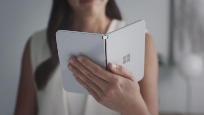 Les deux parties du smarpthone Surface Duo semblent particulièrement larges. Il devrait êtredifficile à manipuler avec une seule main.