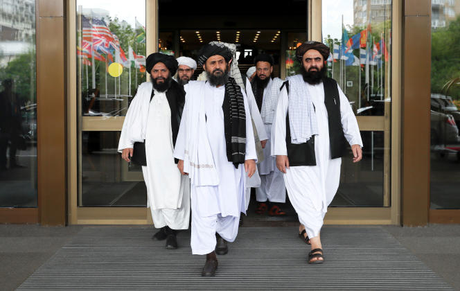 اعضای هیئت طالبان در حین گفتگو با دولت افغانستان در مسکو ، 30 مه 2019.