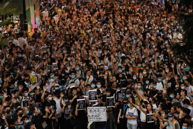 Des milliers de manifestants hongkongais ont repris en chœur, mercredi 2octobre, des slogans contre le gouvernement et la police.