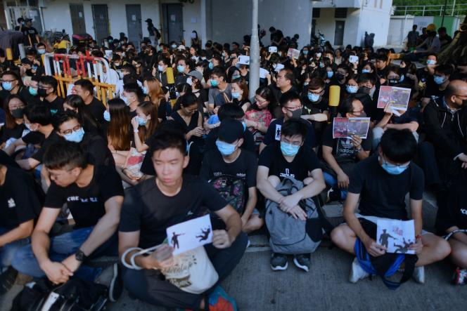 Des étudiants hongkongais rassemblés devant l'école deTsang Chi-kin, blessé par balle le 1er octobre lors d'une manifestation.