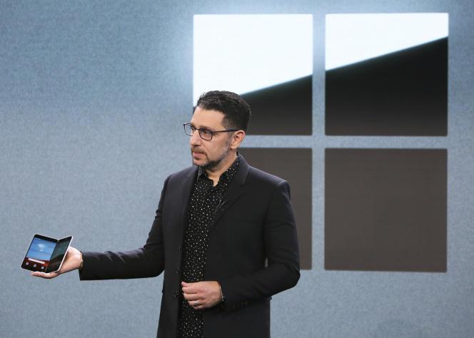 Panos Panay (Microsoft) présente le smartphone Surface Duo, le 2octobre, à New York.