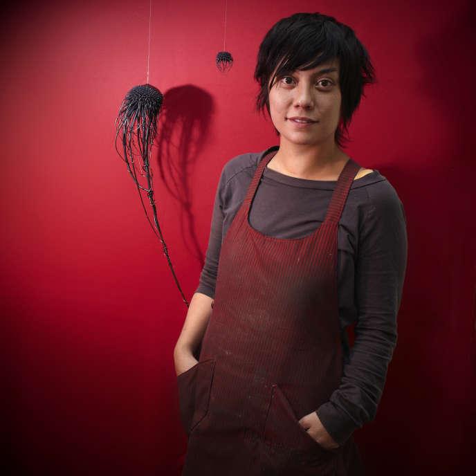 Mylinh Nguyen, tourneuse sur métal, pose devant