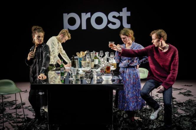Isabelle Redfern, Laurenz Laufenberg, Alina Stiegler et Moritz Gottwald dans «L'Abîme»,pièce de la dramaturge allemande Maja Zade mise en scène parThomas Ostermeier.