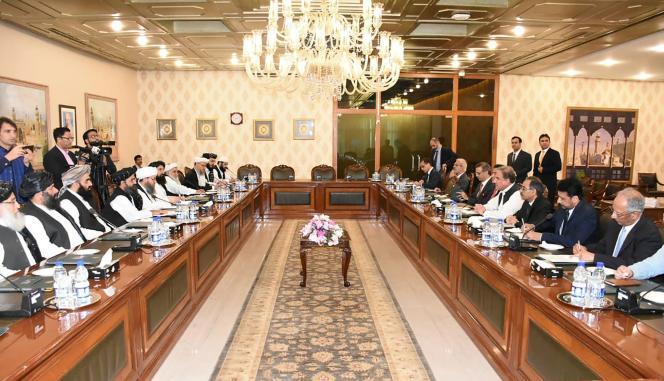 lors de la rencontre entre la délégation talibane menée par Abdul Ghani Baradar et le ministre pakistanais des affaires étrangères, Shah Mehmood Qurechi, le 3 octobre à Islmabad.