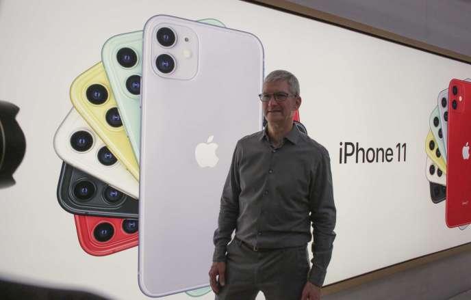 Le patron d'Apple, Tim Cook, pose à côté d'une image de l'iPhone 11, le dernier-né de la firme à la pomme, à New York, le 20 septembre.