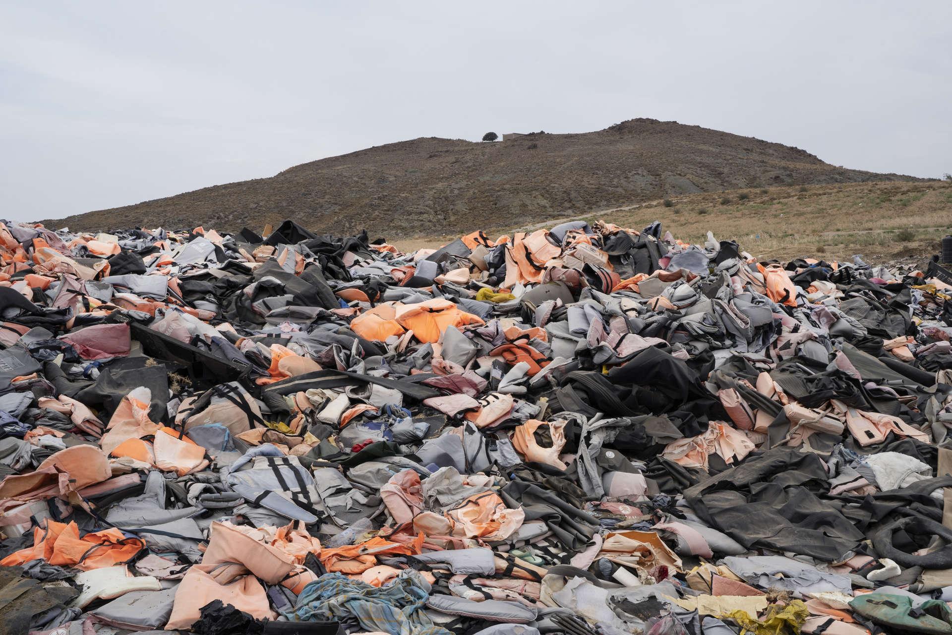 La décharge de l'île de Lesbos. Ici s'amassent des gilets de sauvetages, des bouées et des restes d'embarcations qui ont servi aux réfugiés.