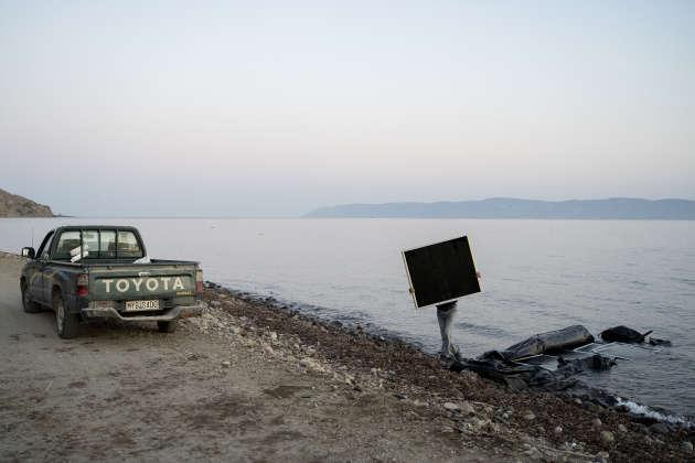 Un « ferrailleur de la mer» sur la côte entre Skala Sikamineas et Molivos, le 19 septembre. Après l'évacuation d'une embarcation de 37 réfugiés d'origine afghane, un homme vient récupérer des morceaux du bateau. A l'horizon la côte turque, toute proche.