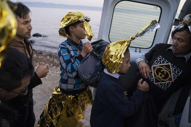 Le 19 septembre au petit matin, 37 personnes, des familles et des mineurs tous originaires d'Afghanistan viennent de débarquer entre Skala Sikamineas et Molivos, sur l'île de Lesbos.Ils sont pris en charge et dirigés vers le camp de transit Stage 2 géré par l'UNHCR et administré par les autorités grecques. À l'horizon, la côte turque.