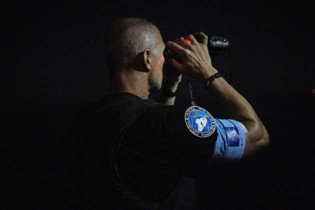 Des policiers portugais de Frontex, l'agence européenne de garde-frontières et de garde-côtes, surveillent la mer au large de la côte Nord de l'île, dans la nuit du 18 au 19 septembre.